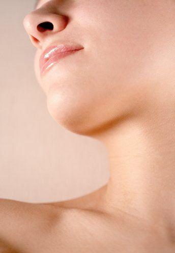 4. Tiroit kontrolü şart!  Kadınların yüzde yirmi beşi, menopoz dönemine yaklaşırken tiroit bezleriyle sorun yaşarlar. Tiroit bezlerinin az çalışması, metabolizma hızını azaltır. Yorgunluk, kilo almak, el ve ayakların soğuk olması, saçların seyrelmesi ve kabız gibi belirtiler tiroit problemlerinin habercisidir. Tiroit ölçümü yaptırıp tiroit hormonlarınızın ne durumda olduğunu öğrenmenizde büyük yarar var.